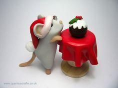 Un lindo ratón navideño en porcelana fria