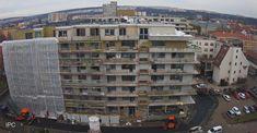 Výstavba projektu Rezidencia pri radnici v Košicích pokračuje úspěšně dále. V posledních dnech probíhá instalace zateplení a práce na fasádě. Finalizuje se s pokládáním obkladů a vybavením koupelen. Prodáno je téměř 90 % bytů. www.priradnici.sk Multi Story Building, Street View