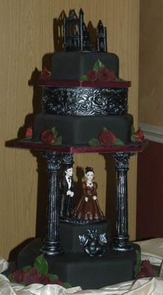 {Bridal Cake} Black Gothic wedding cake #bridal #wedding #weddingcake #gothic