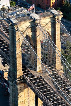 Brooklyn Bridge Aerial Detail by imagic digital on flickr สร้างเสร็จเมื่อปี ค.ศ. 1883 เคยเป็นสะพานแขวนที่ใหญ่ที่สุดในโลก และเป็นสะพานแขวนที่เก่าแก่ที่สุดในสหรัฐอเมริกา มีความยาว 1825 เมตร ทอดข้ามแม่น้ำอีสต์ เชื่อมระหว่างนิวยอร์กซิตี แมนฮัตตัน และบรูคลิน
