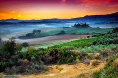 ルネッサンスが起こった中心地フィレンツェやピサななどの古都、さらにはワインの生産地としても有名なイタリア・トスカーナ地方7色に染まる幻想的な景色の写真です。プリズムに光を当てたかのような色と光の層が...