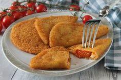 Sorrisini al pomodoro e mozzarella. Panzerotti di pasta farciti con pomodoro e mozzarella fritti o al forno. Un secondo pratico e gustoso.