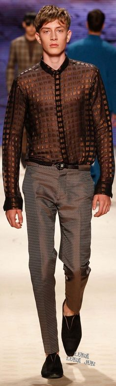 Kean Etro had an inclusive idea for Etro's spring-summer 2016 menswear collection. Aiming for a lineup that was multicultural, Etro weaved in a variety of… Mens Fashion Week, Fashion Show, Fashion Design, Sharp Dressed Man, Well Dressed, Spring Summer 2016, Vogue Paris, Stylish Men, Cool Shirts