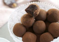 Ultra light chocolate truffles WW, recipe of delicious Christmas truffles with intense cocoa taste, easy and very light, without cream or butter. Ww Desserts, Dessert Recipes, Christmas Truffles, Weigh Watchers, Food Tags, Yummy Food, Tasty, Chocolate Truffles, Healthy Drinks