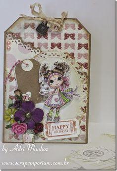 """TAG com bolso O tíquete """"Happy Birthday"""" é do conjunto de carimbos Treasure Moments Tickets da Whimsy Stamps. Carimbo My Best colorido com Copic Markers. Arranjo de flores Prima, Wild Orchid Craft e também feitas por mim."""