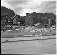 Construcción del puente de la Avenida Caracas con Calle 26 / Manuel H / 1960 / Colección Museo de Bogotá: MdB MdB 11772 / Todos los derechos reservados Street View, City, Vintage, Bogota Colombia, Social Science, Caracas, Bridges, Antique Photos, Street