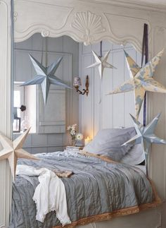 I could do without the stars but they are pretty - I like the nook and the window. Stars pllié giant wallpaper hung from the ceiling in the room.