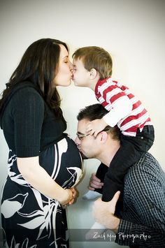 I would LOVE to have photo like this of my 'lil family ... this is a adorable photo!