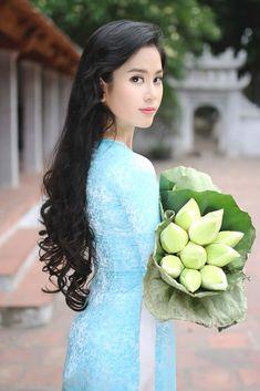 Photo by Pumm Tran Vietnamese Traditional Dress, Traditional Dresses, Ao Dai, Oriental Fashion, Asian Fashion, Beautiful Vietnam, Sexy Long Dress, Vietnam Girl, China Girl