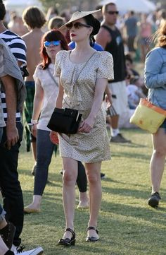 Dita Von Teese Chain Strap Bag - Dita Von Teese showed up at the Cochella festival in a cute leather shoulder bag that went well with her leather sandals.