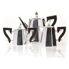 This set matches my moka pot. Therefore, I need it.