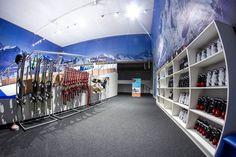 Jazda na nartach w SkiMondo – co trzeba mieć ze sobą?  Decydując się na jazdę na nartach czy snowboardzie w SkiMondo nie musimy posiadać ze sobą własnego sprzętu. Wszystko, co jest potrzebne do jazdy dostaniesz na miejscu. Nie potrzebujesz także specjalnego ubioru, wystarczy, że będziesz mieć na sobie zwykły ubiór sportowy!