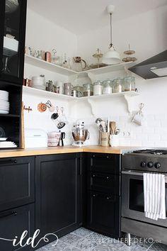 Schwarze Ikea Metod Küche im Skandinavischen Look mit offenen Regalen und spanischen Fliesen