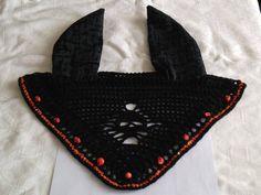 Base color nero, bordo con filato pailettes n. 8P, teschi in acrilico, orecchie in velluto devorè.