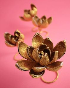 Lovely gold crepe paper flowers, perfect for Christmas table, made by the paperartist Jennifer Tran - Papetal