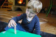 Věž  Zahrajte si s barevnými dvojicemi pexeso. Při zařazení odstínů jednotlivých barev můžete hru udělat náročnou i pro dospěláky.