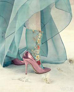 Vogue Korea - Jan 2014 치마 - 필월 우리옷 (by Kim Moon Kyoung) 흰색 고쟁이 - 천의무봉 (by Jo Young Ki) 꽃자수 비단 버선 - 바이단 (Bydan) Pink Pumps - Dior Paper Flowers - Serin Oh