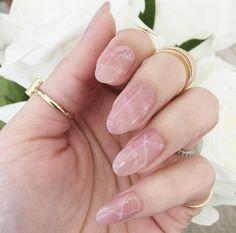 Nouvelle tendance manucure : les ongles effet quartz