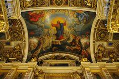 Teto ricamente ornamentado na Catedral de Santo Isaac em São Petersburgo, Rússia. Para dourar a cúpula de 21,8 m de diâmetro, utilizaram-se cerca de 100 kg de ouro.  Na decoração da catedral empregaram-se 43 tipos de minerais.  Fotografia: Dennis Jarvis no Flickr.