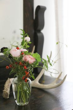 rustic decor   flowers and antlers