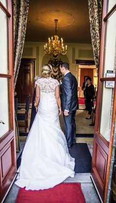 De aankomst van Sjaak en Wendy voor de huwelijks voltrekking op Oldruitenborgh te Vollenhove. Een mooi en spannend moment voor dit prachtige jonge stel. trouwen op landgoed Oldruitenborgh