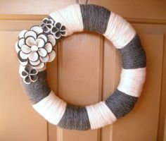 Striped Yarn Wreath Charcoal and Cream---❤️ flowers!