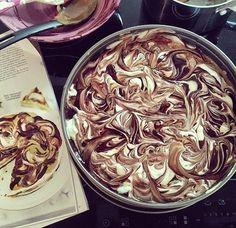 Den här rackar'n räcker till tolv personer. I vanliga fall tänker jag; pyttsan! Men efter två omgångar tårta kan jag understryka sa...
