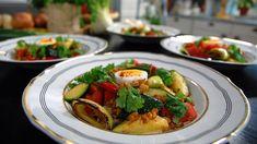 Frikassé en lys gryte som det passer godt å koke på høne. Med lekre grønnsaker og byggryn med ekstra krydder blir det en varm hovedrett som føles frisk og moderne. Avocado Egg, Avocado Toast, Frisk, Bruschetta, Vegetable Pizza, Food Inspiration, Food To Make, Zucchini, Curry