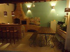 varanda gourmet casa com fogão a lenha - Pesquisa Google Barbacoa, Country Kitchen, Industrial Style, Decoration, Outdoor Spaces, Corner Desk, My House, New Homes, Sweet Home