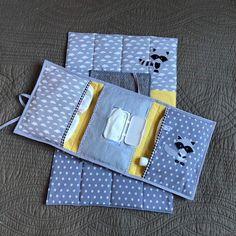 J'ai le plaisir de vous présenter cet article de ma boutique #etsy: Pochette nomade : nécessaire de toilette Diy Purse Organizer, Purse Organization, Baby Sewing Projects, Sewing Tutorials, Baby Wipe Case, Baby Quiet Book, Diy Bags Purses, Patchwork Baby, Baby Couture