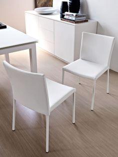 ¿Os gustàis estas sillas? Son 4 sillas de madere blanco (como la mesa).
