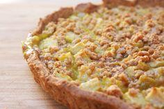 Una fetta di crostata vegana con crema di limone e mele mette tutti d'accordo! Ricetta su karmaveg.it!