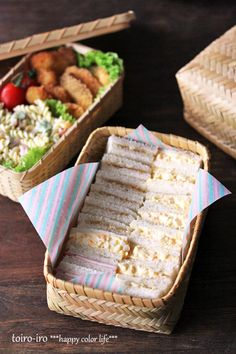 picnic sandwiches- voglio fare picninc per preparare questi mini tiny sandwiches.I like the classy way of carrying the food verses using plastic. Picnic Date, Summer Picnic, Beach Picnic Foods, Picnic Snacks, Picnic Dinner, Picnic Parties, Picnic Recipes, Outdoor Parties, Sandwich Recipes
