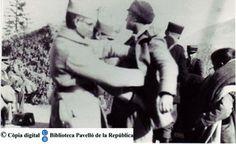 Prats de Molló: un soldado francés cachea a un exiliado [Fuente: UB-Biblioteca del Pavelló de la República]