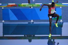 Jetzt keinen falschen Schritt machen: im 3000-Meter-Hindernislauf wird der...