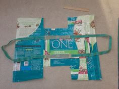 UpcycleArmy: Large Tote from a Pet Food bag Fused Plastic, Recycled Plastic Bags, Recycled Crafts, Plastic Bag Crafts, Recycled Clothing, Recycled Materials, Feed Sack Bags, Feed Bag Tote, Tote Bags