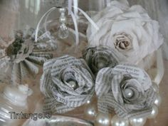 roosjes gemaakt van krantenpapier.