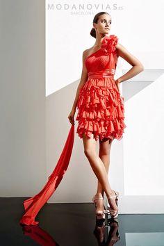 Vestido de fiesta A1099 corto de gasa ideal para cóctel con el escote asimétrico y flor en el hombro. Disponible en color coral. #modanovias #vestidos #boda #vestidosdefiesta #fiesta Más fotos en: http://www.modanovias.es/vestidos-fiesta/a1099.html