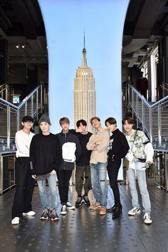 BTS at the Empire State Building Foto Bts, Jung Kook, Bts Lockscreen, Billboard Music Awards, Bts Taehyung, Bts Bangtan Boy, Bts Jimin, Blusas Do Bts, Kpop