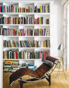 En la casa del artista David Rodríguez Caballero, junto a la estantería, tumbona 'LC4' de Le Corbusier. AD España, © Antonio Terrón