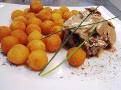 Muschiulet de vita servit cu sos diane si cartofi cu ierburi italiene