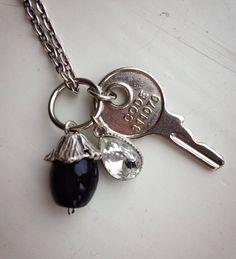 Bedel met een metalen moderne sleutel, zwarte glas kraal met metalen kraalkap en een kristal druppel. Te koop bij JuudsBoetiek voor €5,00. Wil je er een ketting bij? Vraag naar de mogelijkheden! Bestellen kan via juudsboetiek@gmail.com.