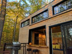 Secluded Tiny Cabin in the Woods on Quiet Lake - Cottages for Rent in Sharbot Lake, Ontario, Canada Tiny Houses Canada, Tiny Houses For Rent, Tiny House Loft, Tiny House Storage, Tiny House Exterior, Exterior House Colors, Modern Exterior, Park Model Homes, Small Cottages