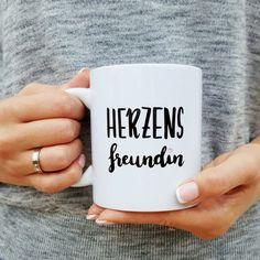 Was wäre man nur ohne diese zauberhafte Herzensfreundin?  Mit dieser süßen Tasse kannst du deiner Freundin zeigen, wie besonders und wunderbar sie für Dich ist.  Lieferumfang: Keramiktasse,...