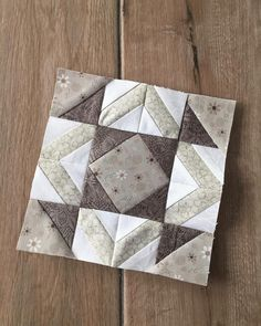 Finished Block 34 of This block makes me think of Shrek,from the kids movie - his ears, you know! I am participating in the by designing and sewing a quilt block a day for 100 days. Monochromatic Quilt, Neutral Quilt, Quilt Block Patterns, Pattern Blocks, Quilt Blocks, Quilting Projects, Quilting Designs, Electric Quilt, Quilt Modernen