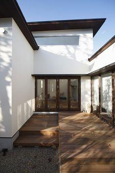 茶と白のバランス Minimal Architecture, Modern Architecture House, Architecture Plan, Interior Architecture, White Exterior Houses, Dream House Exterior, Japanese House, Cozy House, Exterior Design