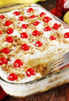 Easy No Bake Banana Split Dessert Recipe This creamy Banana Split dessert is a family favorite! Delicious, rich and creamy, with all the ingredients you love in a banana split . - Lazy Girl:Easy No Bake Banana Split Dessert Recipe No Bake Desserts, Easy Desserts, Summer Dessert Recipes, Pineapple Dessert Recipes, Strawberry Recipes, Health Desserts, Dinner Recipes, Frozen Strawberry Desserts, Picnic Desserts
