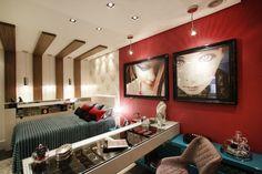 O Quarto da Jovem, ambiente criado pelas arquitetas Danni Piacentini Zago e Carla Niehues, é essencialmente moderno. No espaço possui os marcantes tons de pink e azul tiffany, além de serem usados diversos revestimentos, como a madeira e a laca, espelhos e também tecidos de várias texturas e cores diferentes!!