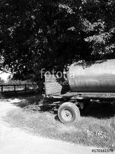 Tankbehälter mit Trinkwasser für das Vieh auf einem alten Anhänger in Asemissen bei Bielefeld in Ostwestfalen-Lippe, fotografiert in traditionellem Schwarzweiss