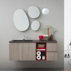 Lapis B | Mobile bagno in finitura olmo corda con dettagli in rosso acceso opaco, abbinato allo specchio Drop